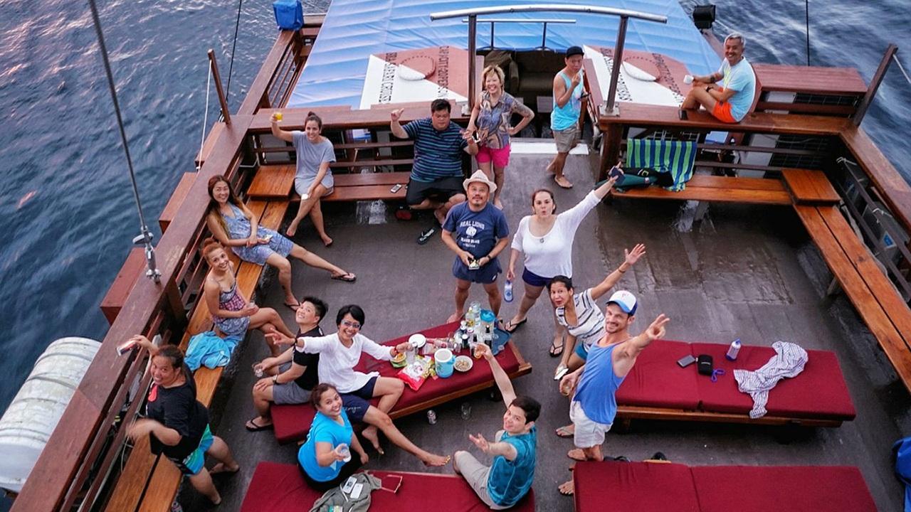 diving raja ampat crew sunset